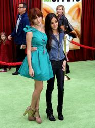 http://img264.imagevenue.com/loc220/th_596172147_Bella_Thorne_The_Muppets_Premiere_Hollywood_122_220lo.JPG