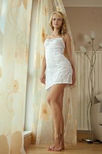 http://img264.imagevenue.com/loc470/th_348741579_tduid300163_MetArt_Presenting_Eve_Eve_B_high_0018_123_470lo.jpg