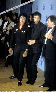 1986- The 28th Grammy Awards Th_799142952_004_40_122_502lo