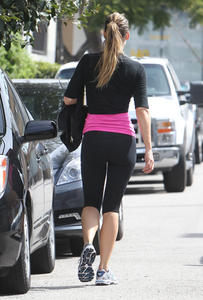 Molly Sims - Hits the Gym in Lululemons